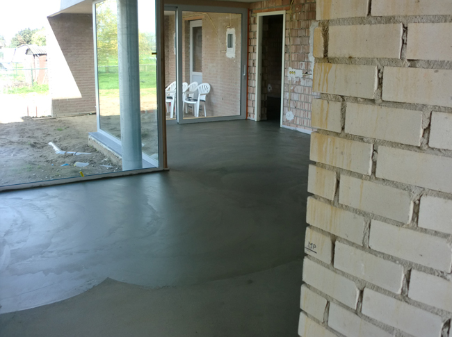 Betonlook - gepleisterde cementdekvloer in realisatie fase