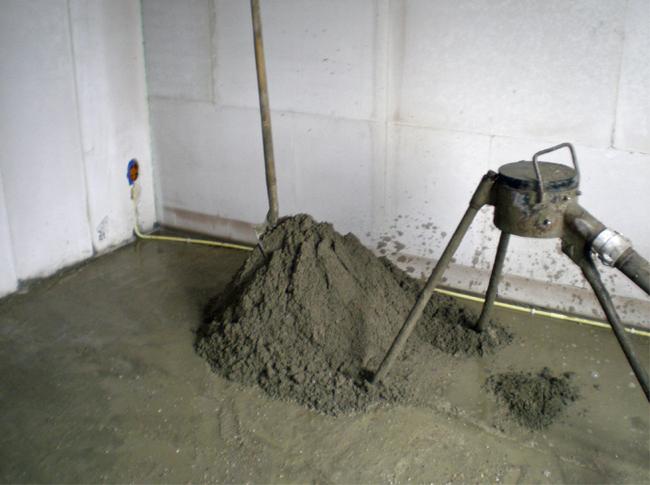 Speciemortel voor de cementdekvloer wordt kant-en-klaar ter plekken gemaakt automatisch verpompt naar de werkvloer.