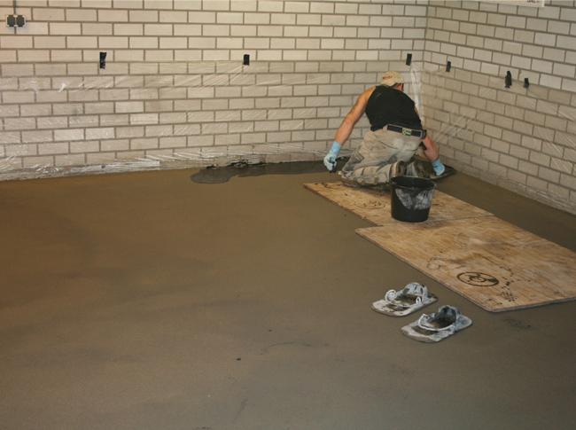 Gepleisterde cementdekvloer in garage in uitvoering