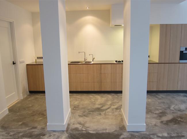 Gepleisterde cementdekvloer met toevoeging van wittekind cement op verzoek van de opdrachtgever te Eindhoven. De toevoeging van het wittekind cement geeft de grotere kleurverschillen met witte accenten in het woonbeton. Kortom, een robuuste en unieke woonbeton, een vloer die leeft!