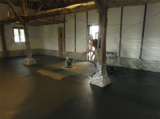 Gepleisterde cementdekvloer met toplaag kleuring natte fase te Raamsdonkveer. Unieke robuste betonlook vloer !