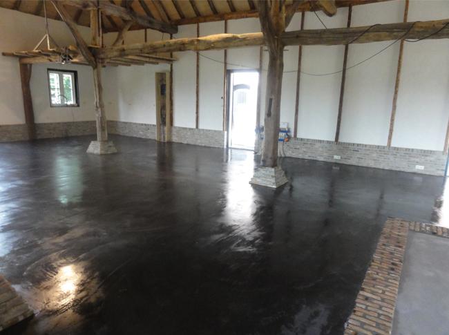 Woonbeton gemaakt op basis van een gepleisterde cementdekvloer welke net is afgewerkt met pegoliet om indringing van vuil tegen te gaan. Unieke robuuste betonlook!