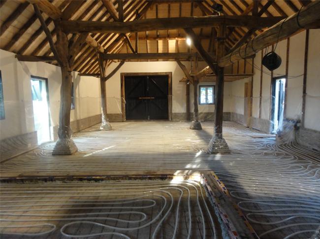 De start van een traditionele en gepleisterde cementdekvloer met vloerverwarming te Raamsdonkveer.