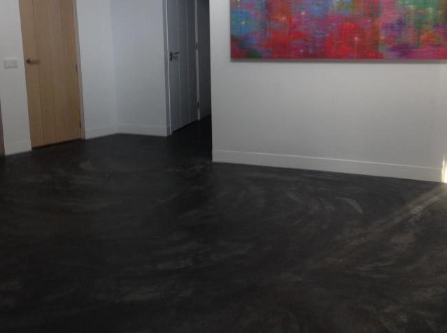 Gepleisterde cementdekvloer met antraciet toplaag kleuring en voorzien van een transparante matte coating. #woonbeton #berkersvloeren #gietvloeren #betonlook