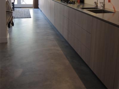 Gepleisterde cementdekvloer voorzien van een transparante matte coating